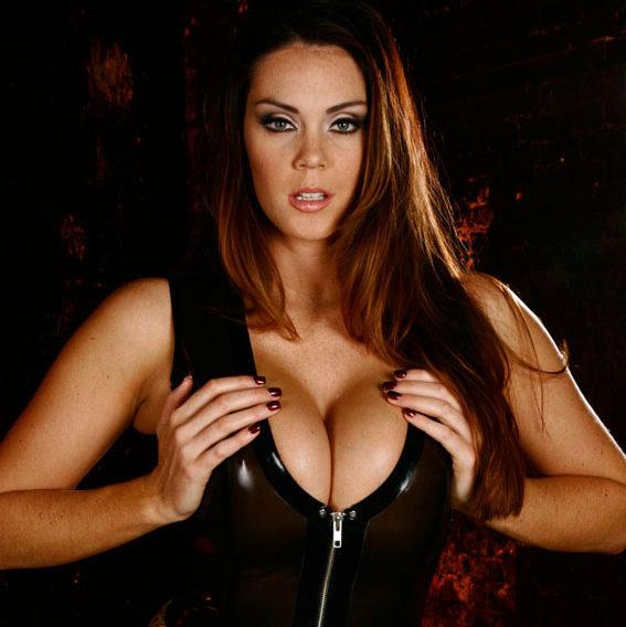 Maîtresse Divina serre sa grosse poitrine de maitresse au tel entre ses mains